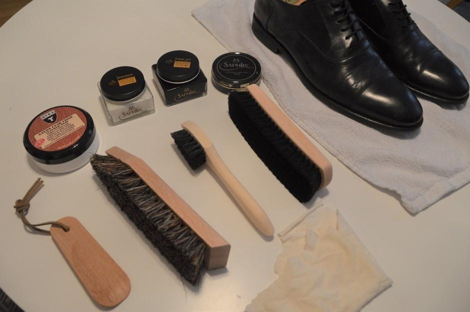 Bild: Till svarta skor ska svarta borstar användas. Svart är viktigaste färgen på kräm och vax men kan alterneras med blåa och bruna toner för ett större djup.